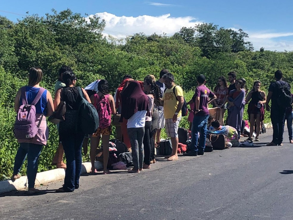 Os feridos foram atendidos por uma ambulância de Morrinhos e encaminhados para uma Unidade Hospitalar da cidade.  — Foto: Matheus Ferreira/TV Verdes Mares