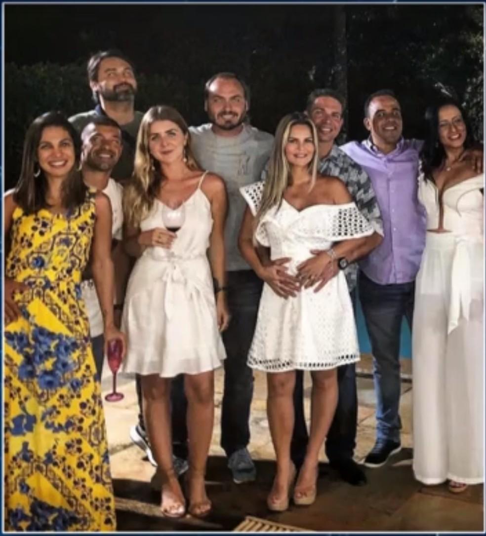 Ramagem aparece em foto, à esquerda do vereador Carlos Bolsonaro, filho do presidente, em festa de ano novo na virada de 2018 para 2019  — Foto: Reprodução