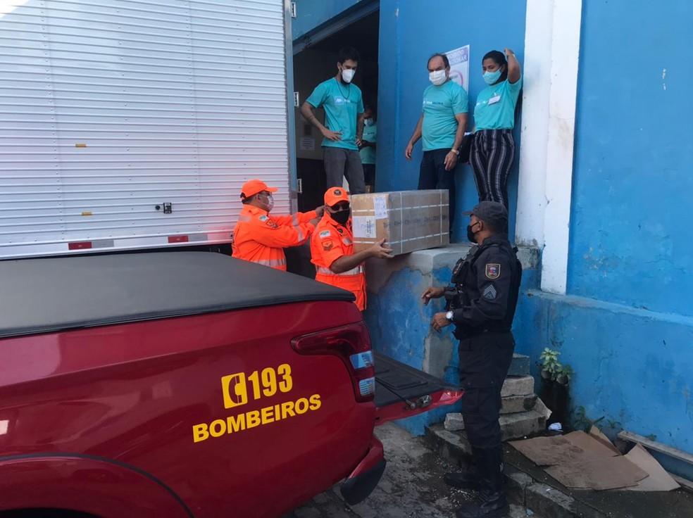 Vacinas começaram a ser distribuídas no início da manhã pelo Corpo de Bombeiros do RN — Foto: Kleber Teixeira/Inter TV Cabugi