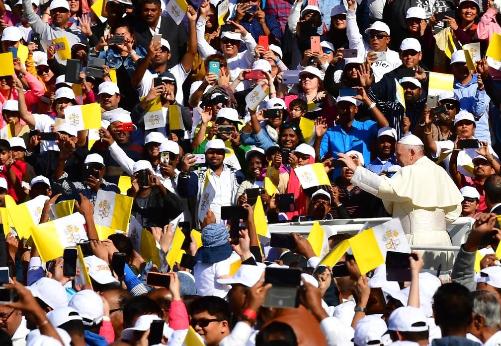 Papa Francisco cumprimenta a multidão ao chegar ao estádio Zayed Sports City nesta terça-feira (5)  — Foto: Giuseppe Cacace / AFP