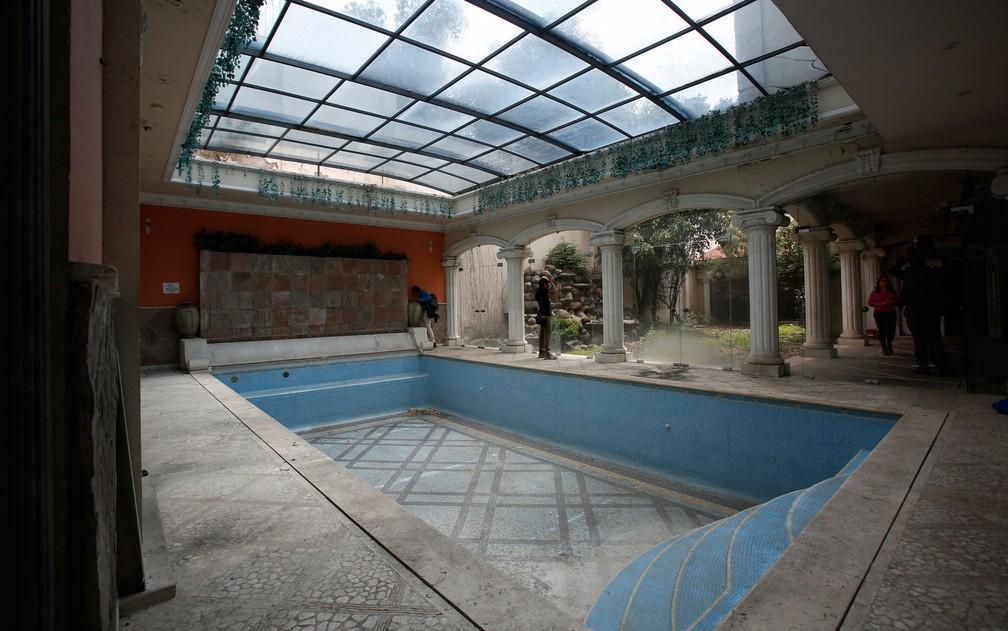Piscina da mansão que pertencia ao empresário de origem chinesa Zhenli Ye Gon, na Cidade do México, em foto de 30 de julho — Foto: AP Photo/Ginnette Riquelme