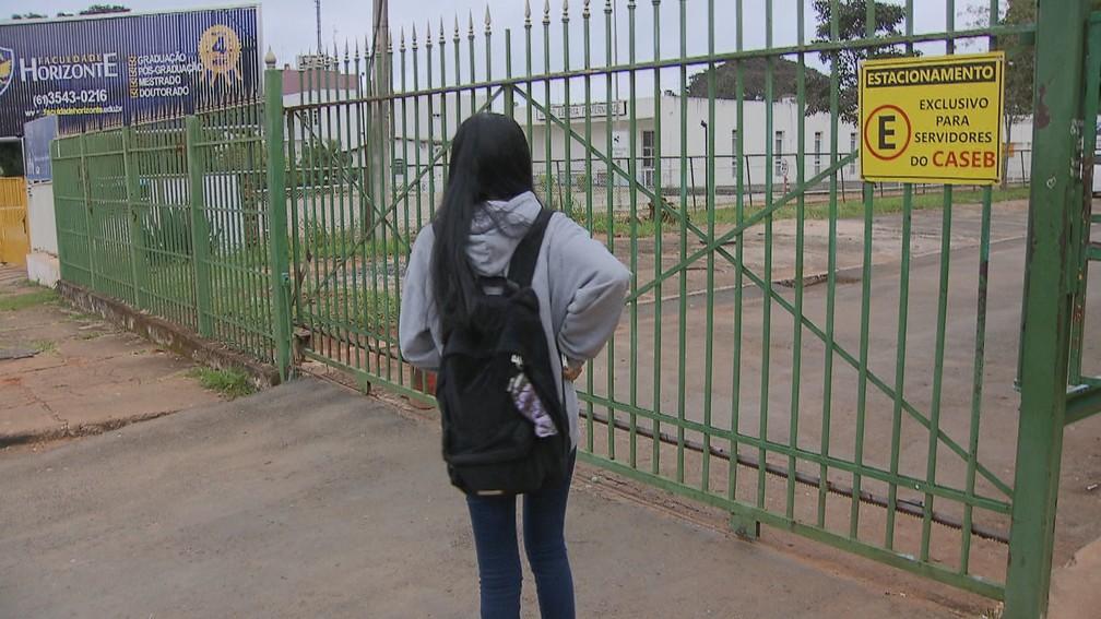 Estudante do Caseb, no DF, encontra portão da escola fechado na manhã desta quarta-feira (15) — Foto: TV Globo/Reprodução