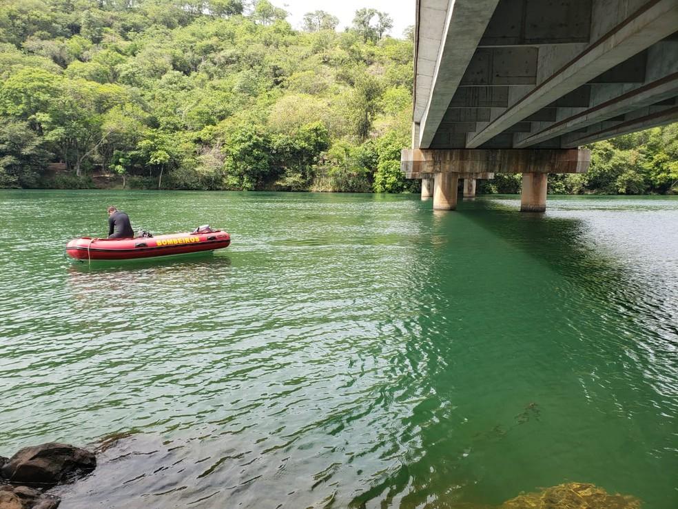 Corpo de Bombeiros de Ourinhos utiliza botes para procurar as duas crianças e um homem que se afogaram no Rio Paranapanema — Foto: Cláudio Farneres/TV TEM