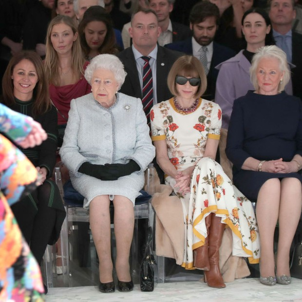 LONDON, ENGLAND - FEBRUARY 20:  Queen Elizabeth II sits with Anna Wintour, Caroline Rush (L), chief executive of the British Fashion Council (BFC) and royal dressmaker Angela Kelly (R) as they view Richard Quinn's runway show before presenting him with th (Foto: Getty Images)