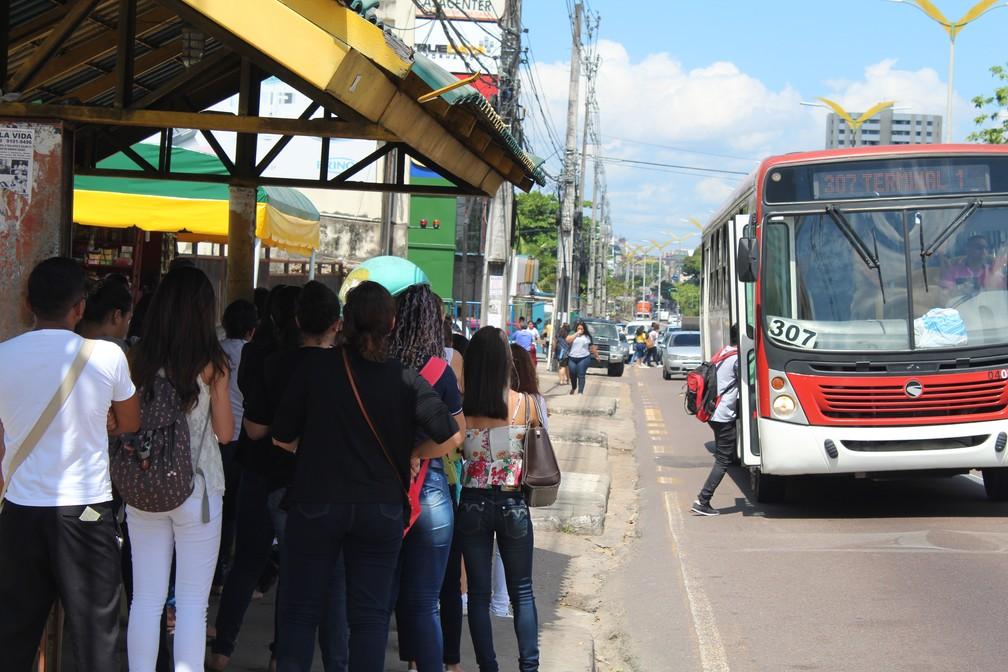 Parada de ônibus na Avenida Constantino Nery (Foto: Patrick Marques/G1 AM)