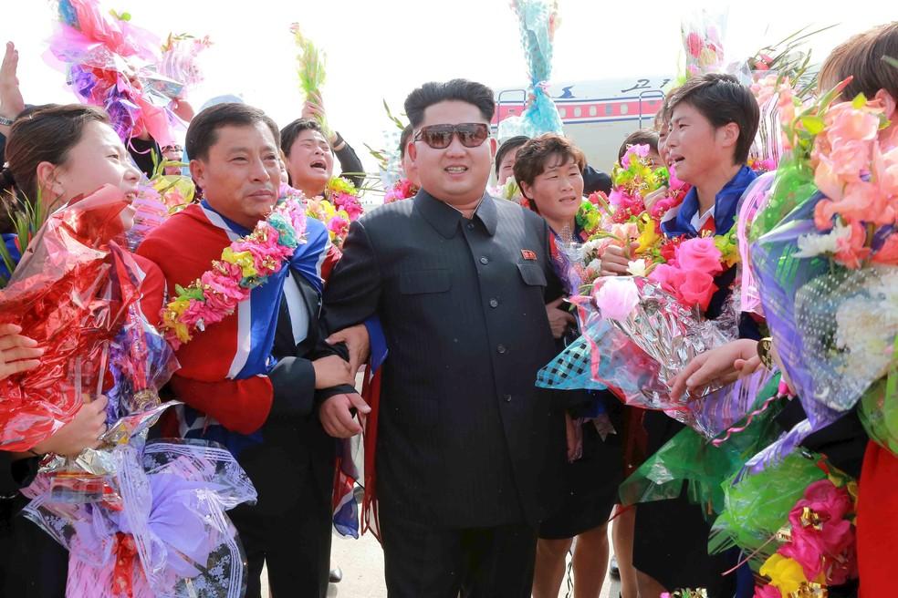 Kim Jong Un líder Coreia do Norte recepção jogadoras seleção futebol feminino (Foto: REUTERS/KCNA)