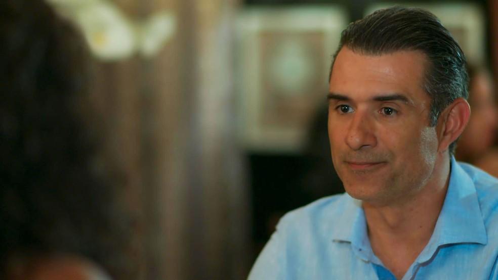 Ricardo pede para colocar seu nome na certidão de nascimento de Joana (Foto: TV Globo)