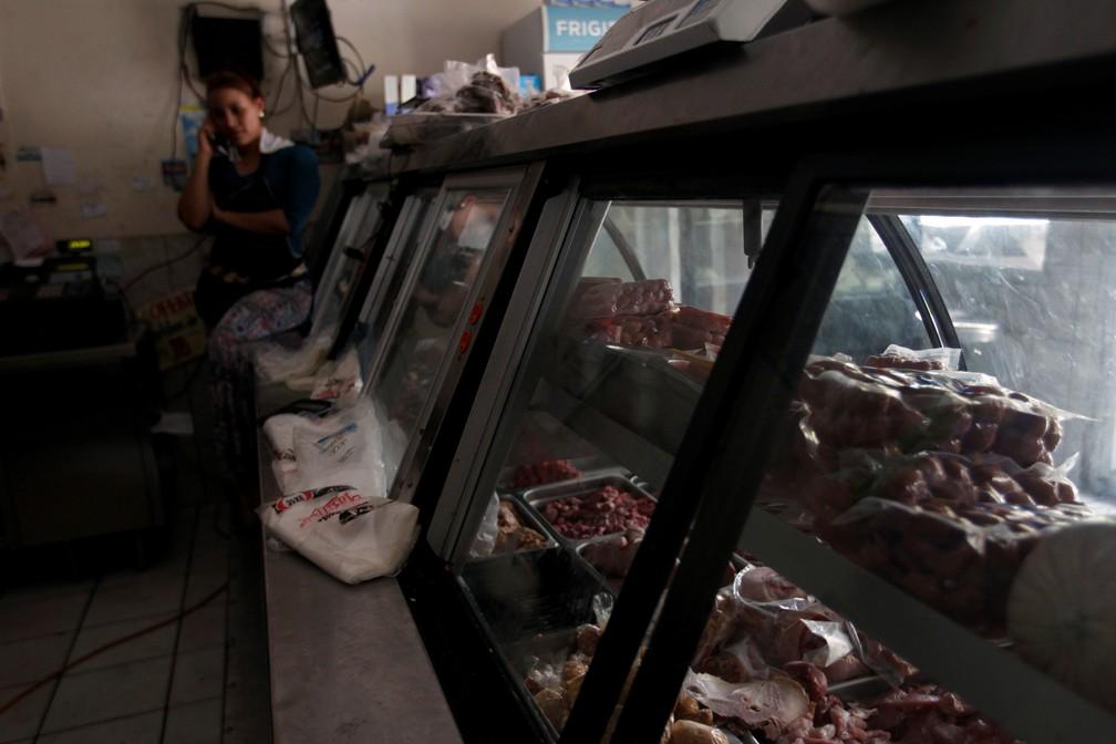 Açougue de Tegucigalpa, Honduras, sem luz durante apagão desta segunda-feira (16) — Foto: Jorge Cabrera/Reuters