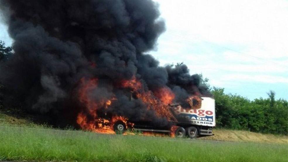 Imagem antiga que circula nas redes sociais mostra caminhão incendiado e não tem relação com a greve dos caminhoneiros (Foto: Reprodução)