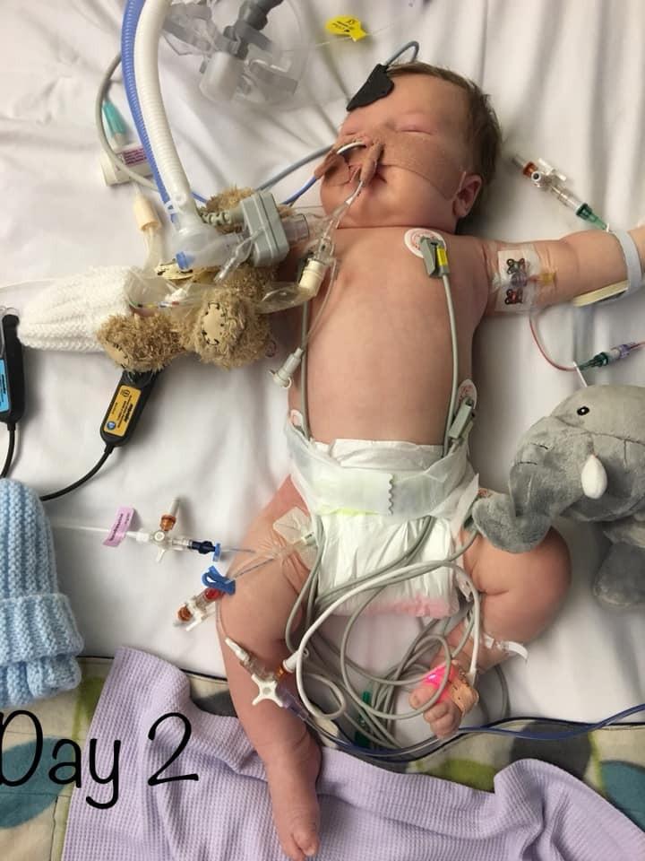 O menino inconsciente: risco de vida (Foto: Reprodução Facebook)