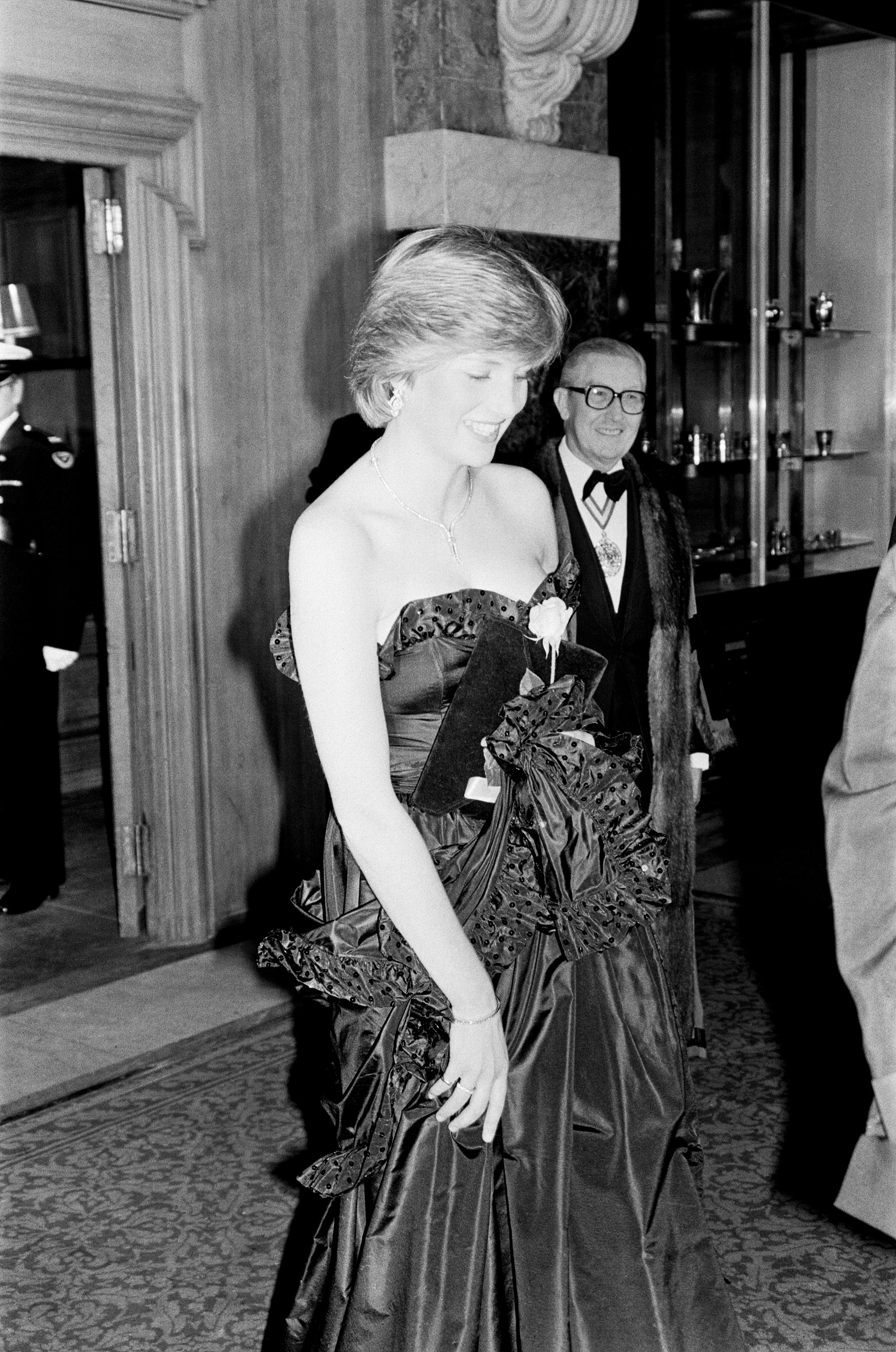 Lady Diana Spencer attended her first public engagement tonight, when she joined Prince Charles at a Gala Charity Concert at the Goldsmith's Hall, London, in aid of the Royal Opera House. Princess Grace of Monaco also attends the event, as seen in other f (Foto: Getty Images)
