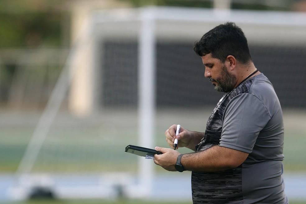 Eduardo Barroca já usou 23 jogadores em menos de um mês no Botafogo — Foto: Vitor Silva/Botafogo
