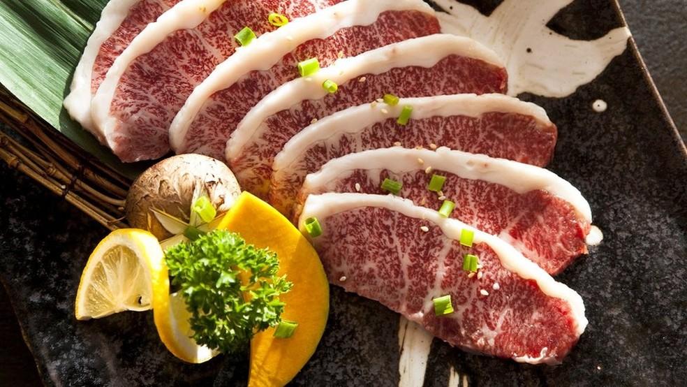 A carne Wagyu é marmorizada com gordura e muito macia — Foto: Getty Images