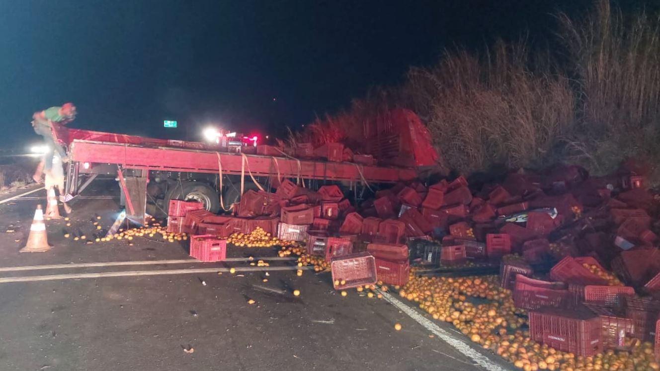 Rodovia Cândido Portinari tem interdição após caminhão tombar em Cristais Paulista, SP
