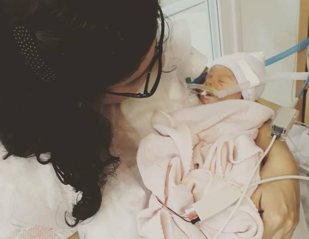 Débora, na UTI, com a filha Madalena nos braços (Foto: Reprodução Instagram)