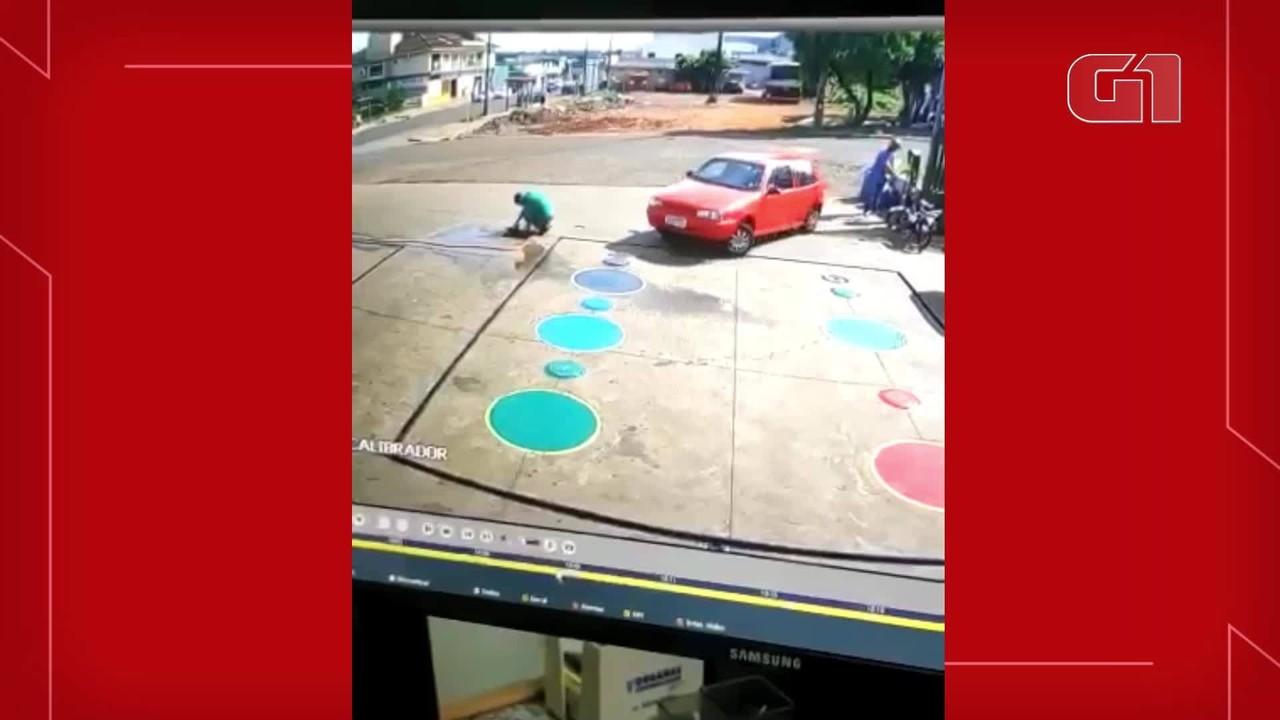 Carro passa por cima de frentista que estava agachado em posto de combustíveis em Cascavel
