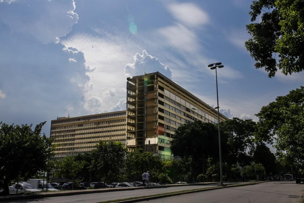 Vista geral do prédio do Hospital Universitário Clementino Fraga, da UFRJ, no campus Fundão. Hospital foi inaugurado em 1º de março de 1978. — Foto: Rodrigo Gorosito/G1