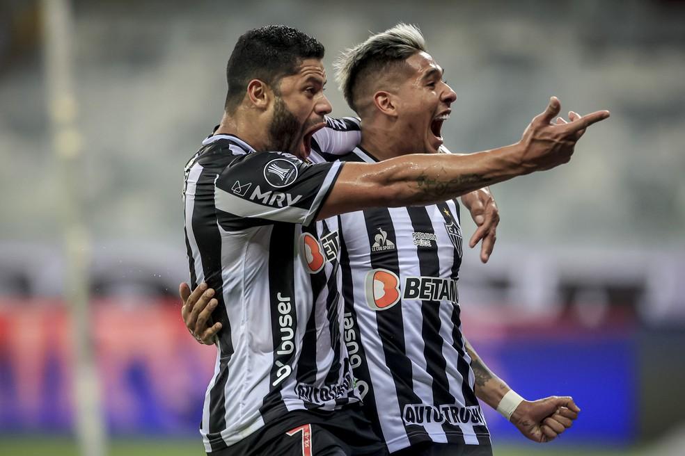 Zaracho e Hulk comemoram gol do Atlético-MG contra o River Plate — Foto: Staff Images / CONMEBOL