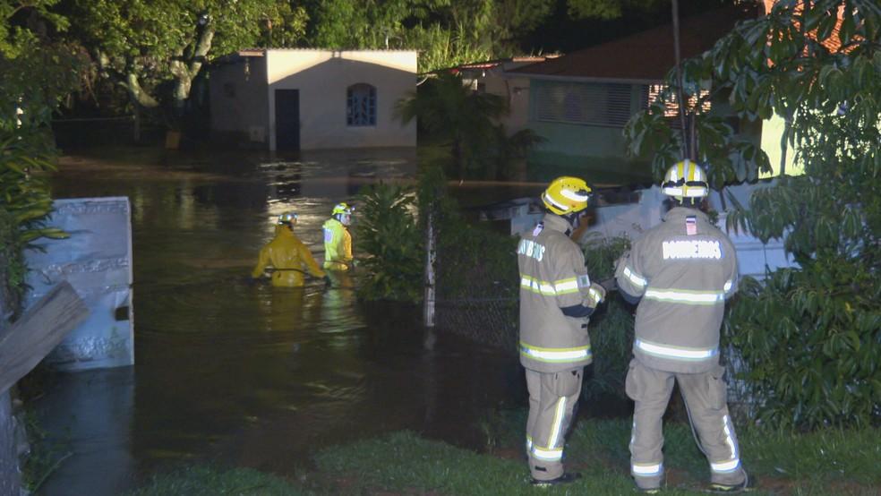 Corpo de Bombeiros resgata moradores ilhados na Vila Cauhy, no Distrito Federal  — Foto: TV Globo/Reprodução