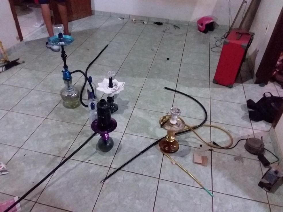 Vários narguilés foram encontrados dentro de casa onde festa era realizada — Foto: WhatsApp/Reprodução
