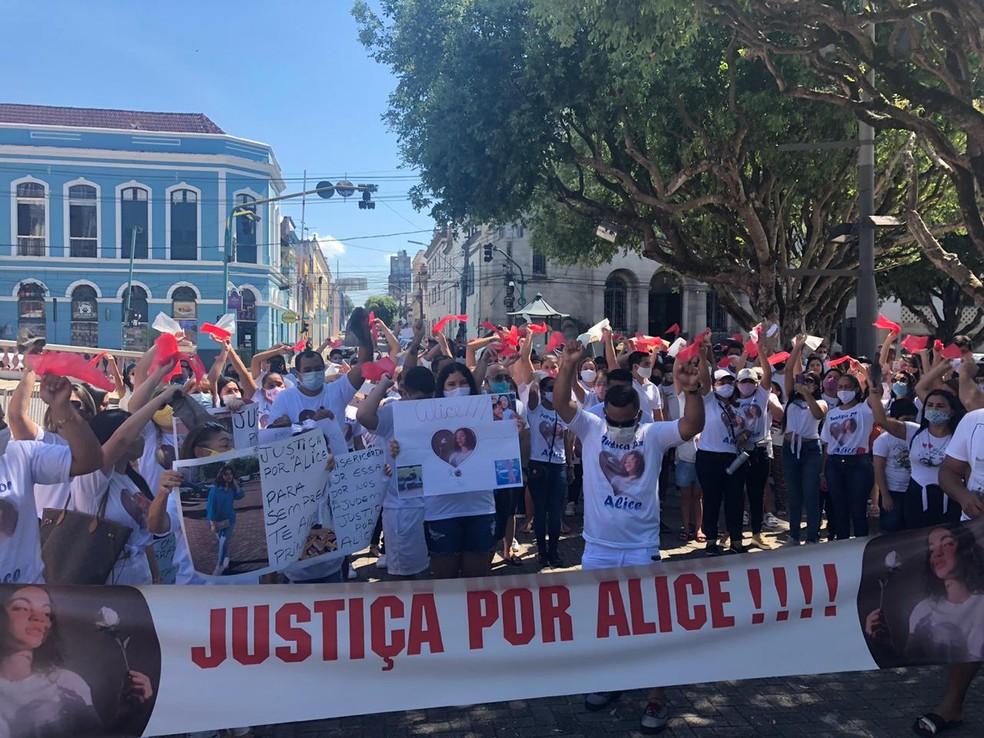 Familiares e amigos da jovem realizaram ato em Manaus, neste domingo (16). — Foto: Matheus Castro/G1 AM