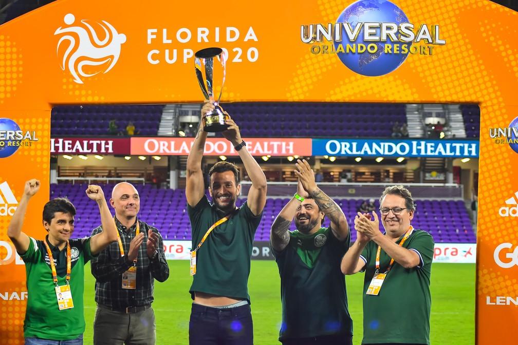 Edu Dracena levanta o título do Torneio da Flórida — Foto: Gledson Tavares / Estadão Conteúdo