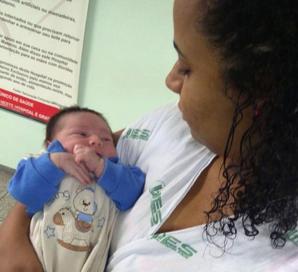 Elizama Trigueiros e o filho, Lorenzo, no dia de alta médica após ele ter caído do berço dentro do hospital de Hortolândia. — Foto: Michel Gouveia