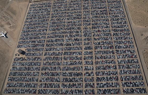 A Volkswagen está recomprando e recolhendo centenas de milhares de veículos a diesel nos EUA em 37 localidades do país, como esse gigantesco pátio de Victorville, na Califórnia (Foto: Lucy Nicholson/REUTERS)