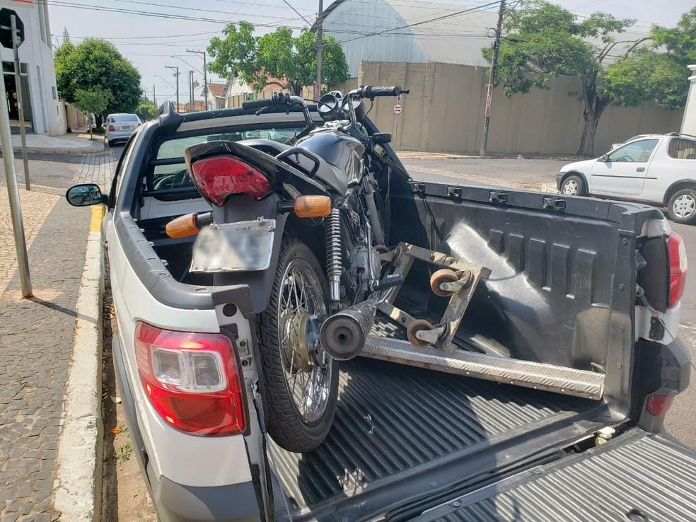 Suspeito de furtar moto e esfaquear homem é preso após ficar 'entalado' em telhado, em Tupã — Foto: Arquivo pessoal