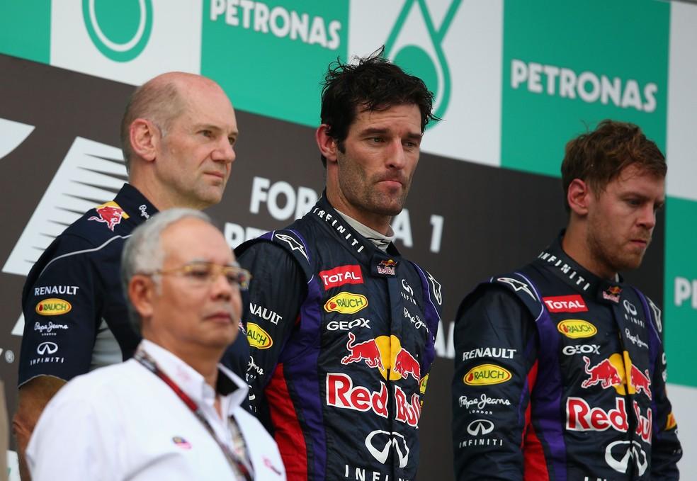 Webber e Vettel com caras de poucos amigos no pódio de Sepang, em 2013 — Foto: Getty Images