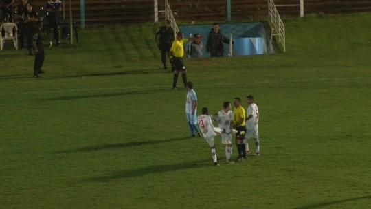 Jogador e árbitro trocam chutes após expulsão em partida do Candangão; veja o vídeo