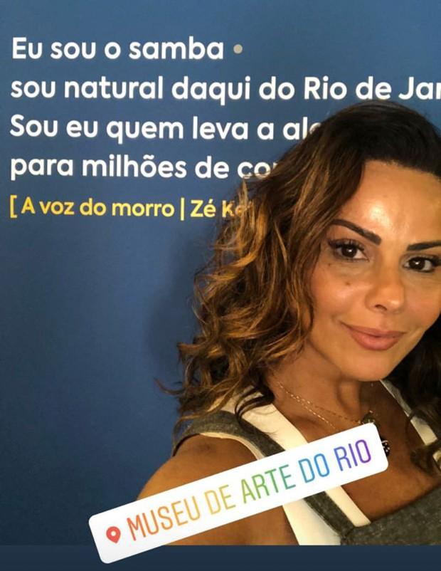 Viviane Araújo visitando exposição sobre o samba no Rio (Foto: Reprodução/Instagram)