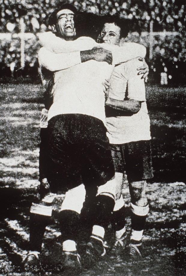 Jogadores do Uruguai, Fernandez, Cea e Scarone celebram a vitória na final da Copa do Mundo de 1930 (Foto: HULTON PICTURE LIBRARY/ALLSPORT/Getty Images)