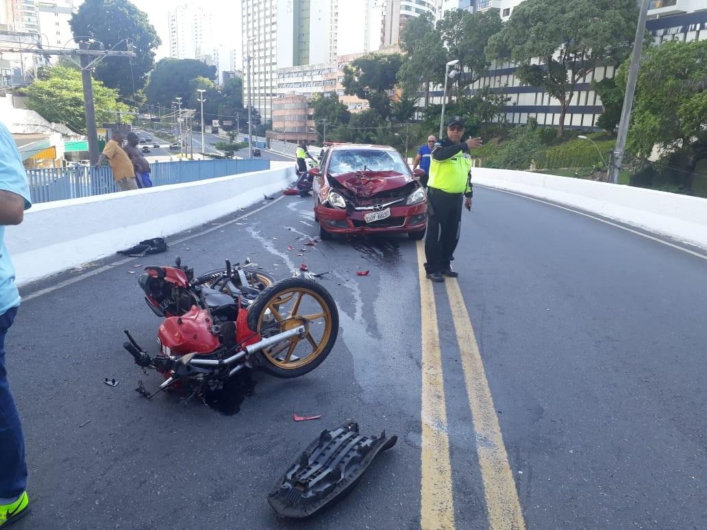 Motociclista fica ferido após acidente no bairro do Canela, em Salvador; FOTOS