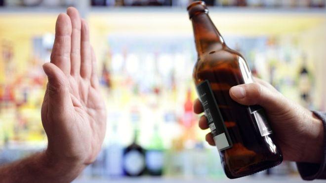 Estudo indica que tomar uma dose de bebida por dia também aumenta os riscos para a saúde (Foto: Getty Images via BBC)