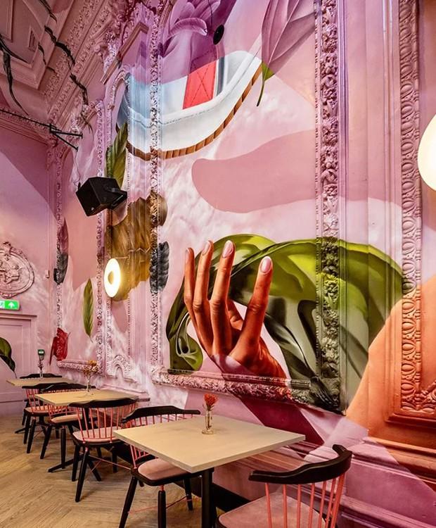 Os estilo antigo das mesas e paredes contrasta com o novo visual do ambiente (Foto: Helden Van de Buurt/ Reprodução)