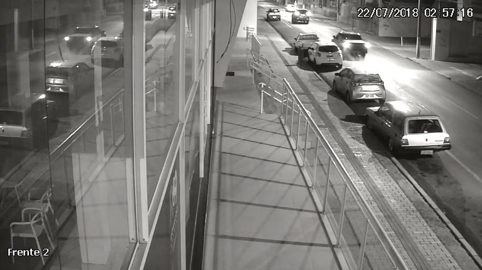 Câmeras de segurança registraram o momento da queda da Tatiane Spitzner (Foto: Câmeras de segurança)