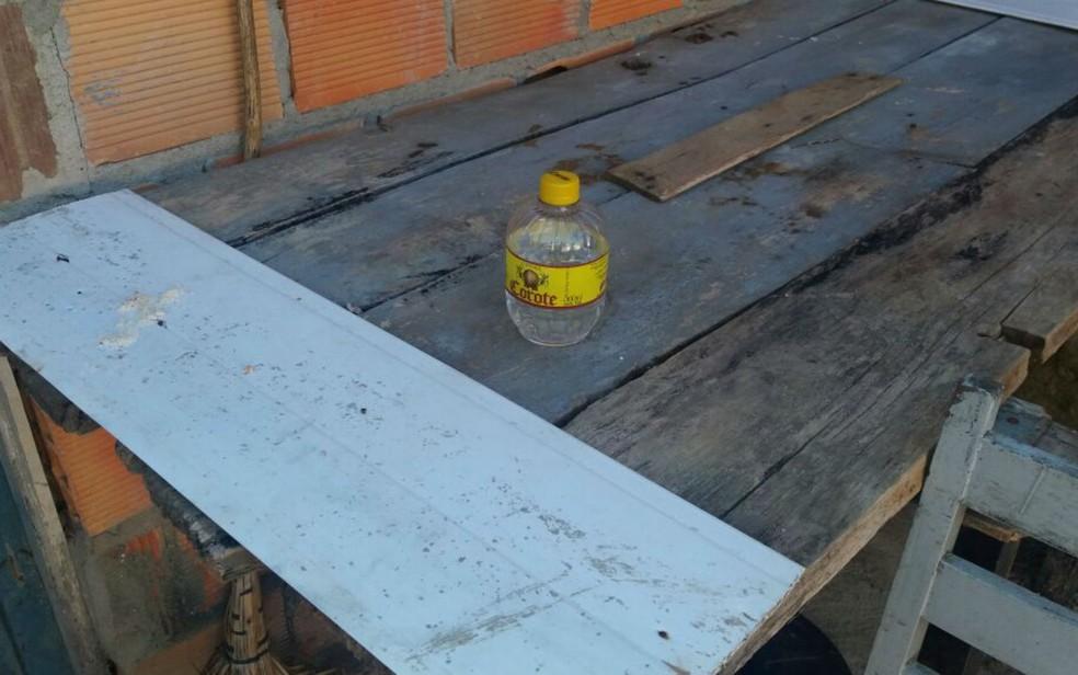 Garrafa de cachaça foi encontrado ao lado do corpo da vítima (Foto: Blog Itiruçu Online)