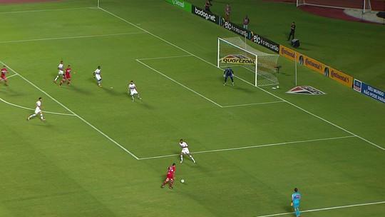 Ratinho levanta na área, a bola bate em Militão e Jean defende, aos 38 do 1º tempo
