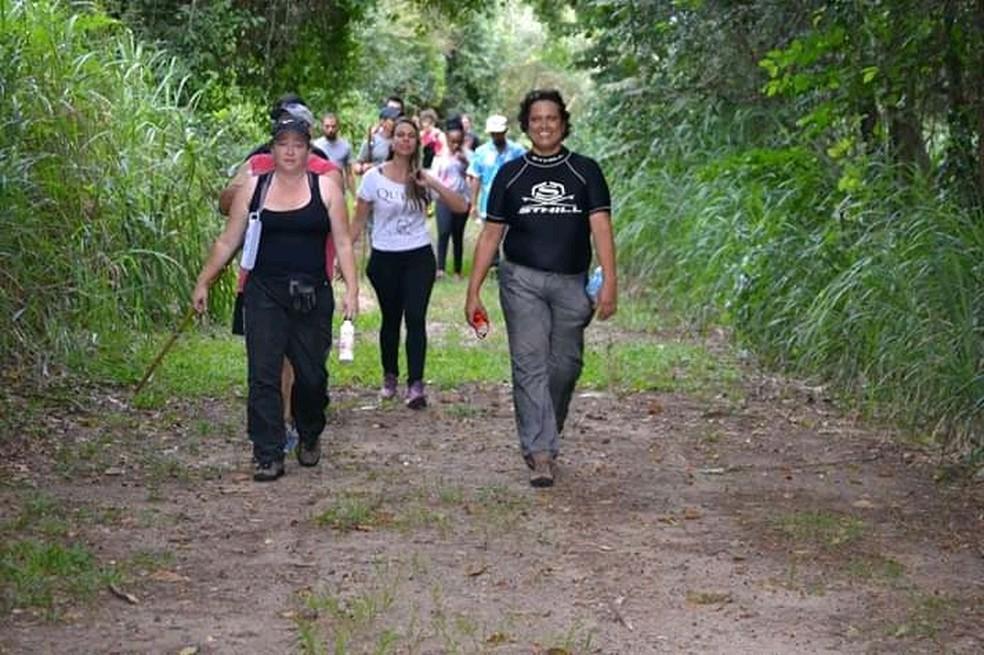 Márcia Lucena (à dir.) guia o grupo na Fazenda Iperó, em Sorocaba — Foto: Arquivo pessoal/Márcia Maria Pina de Lucena