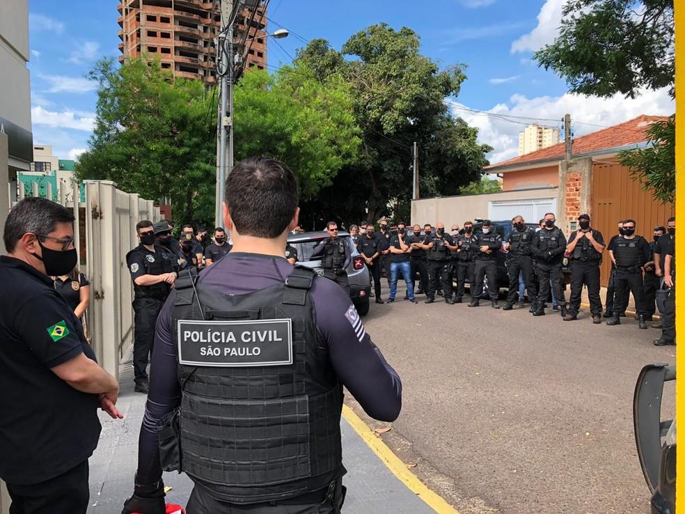 Em frente à Deic, em Presidente Prudente, policiais civis se reuniram na tarde deste sábado (5) para uma homenagem a Renato Bianchi, que foi assassinado por um colega de trabalho — Foto: Marcelo Pereira/TV Fronteira