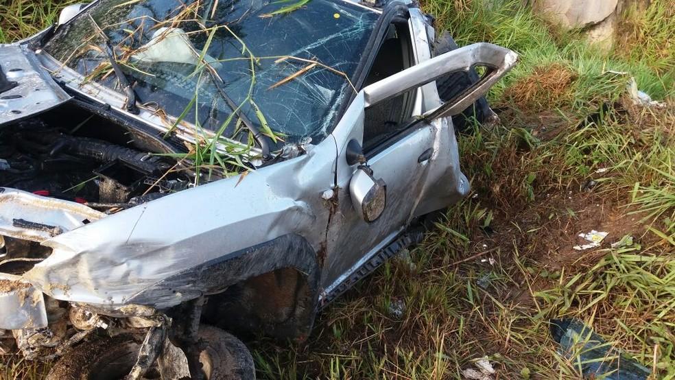Um dos carros que se envolveu no primeiro acidente ficou totalmente destruído na BR-408, no Grande Recife (Foto: Divulgação/PRF)