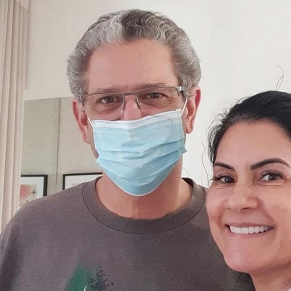 Silvio Barros está em casa se recuperando e sendo cuidado pela esposa — Foto: Silvio Barros/Arquivo pessoal