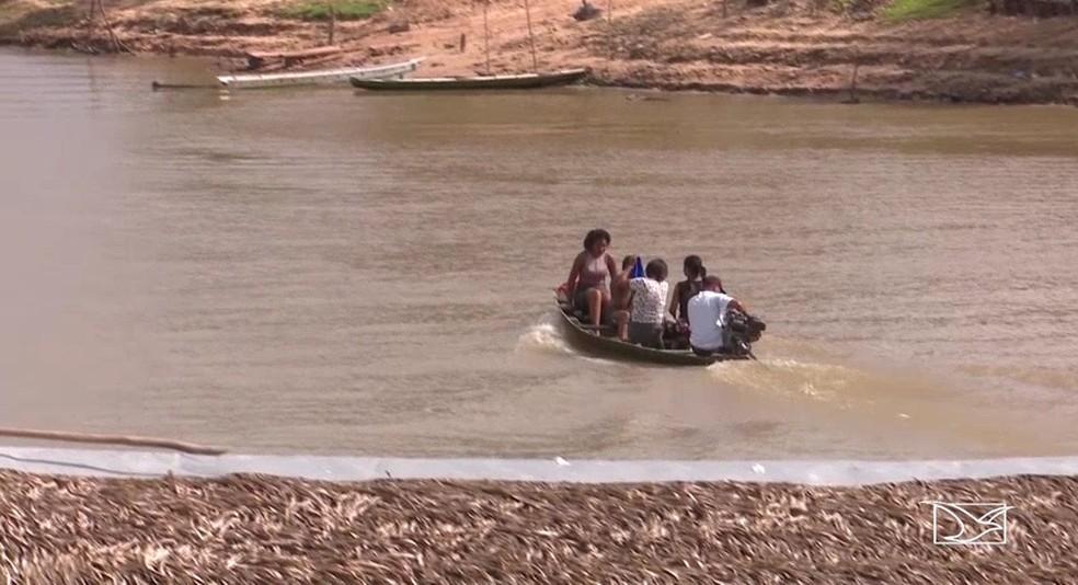 No rio Pindaré é comum encontrar pessoas navegando sem equipamento de segurança (Foto: Reprodução/TV Mirante)