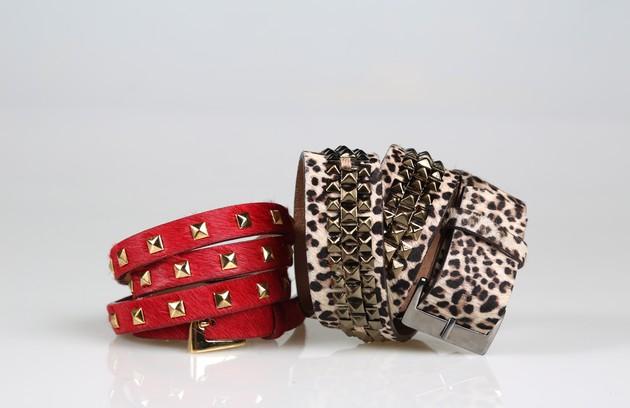 Cinto com estampa de onça e tachas da Maria Filó  (R$169) e vermelho com tachas douradas da Folic (R$139,80) (Foto: Paula Giolito)