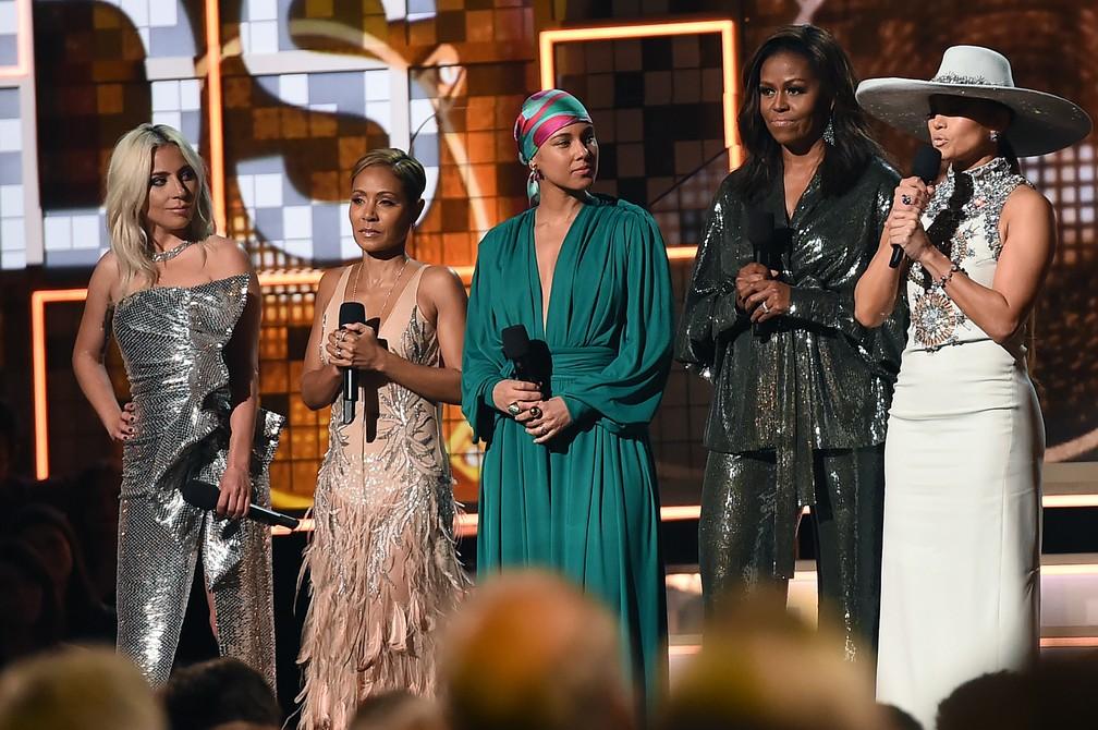 A apresentadora do Grammy 2019, Alicia Keys (centro), ao lado de Lady Gaga, Jada Pinkett Smith, Michelle Obama e Jennifer Lopez, que participaram da premiação — Foto: Robyn Beck / AFP
