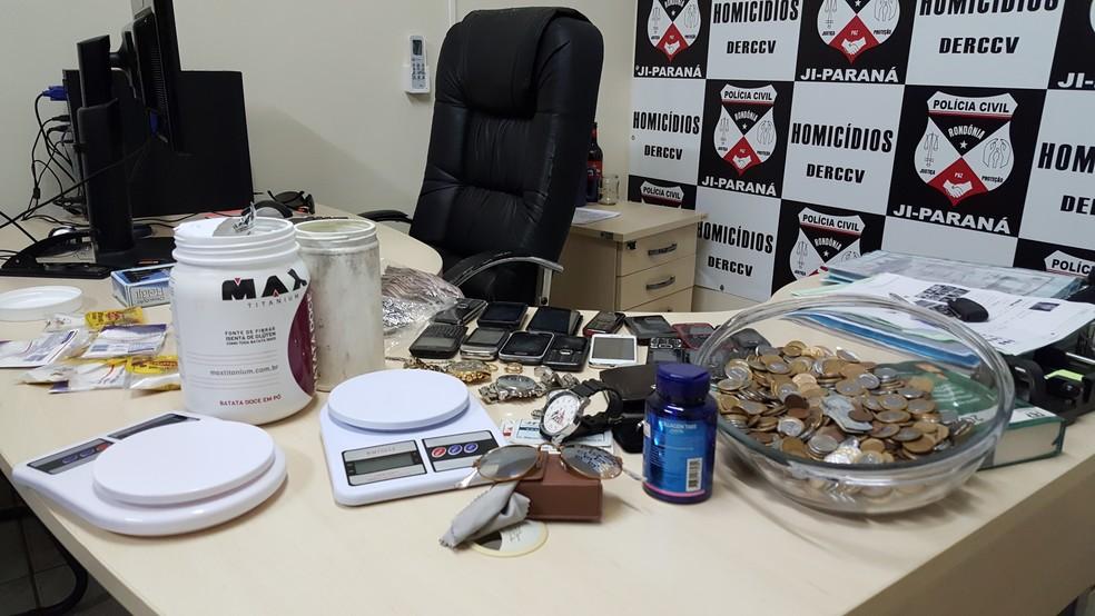 Material apreendido com suspeitos em Ji-Paraná (Foto: Pâmela Fernandes/G1)