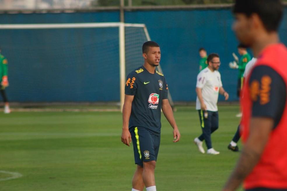Jhonata Varela no treino da Seleção — Foto: Diego Guichard