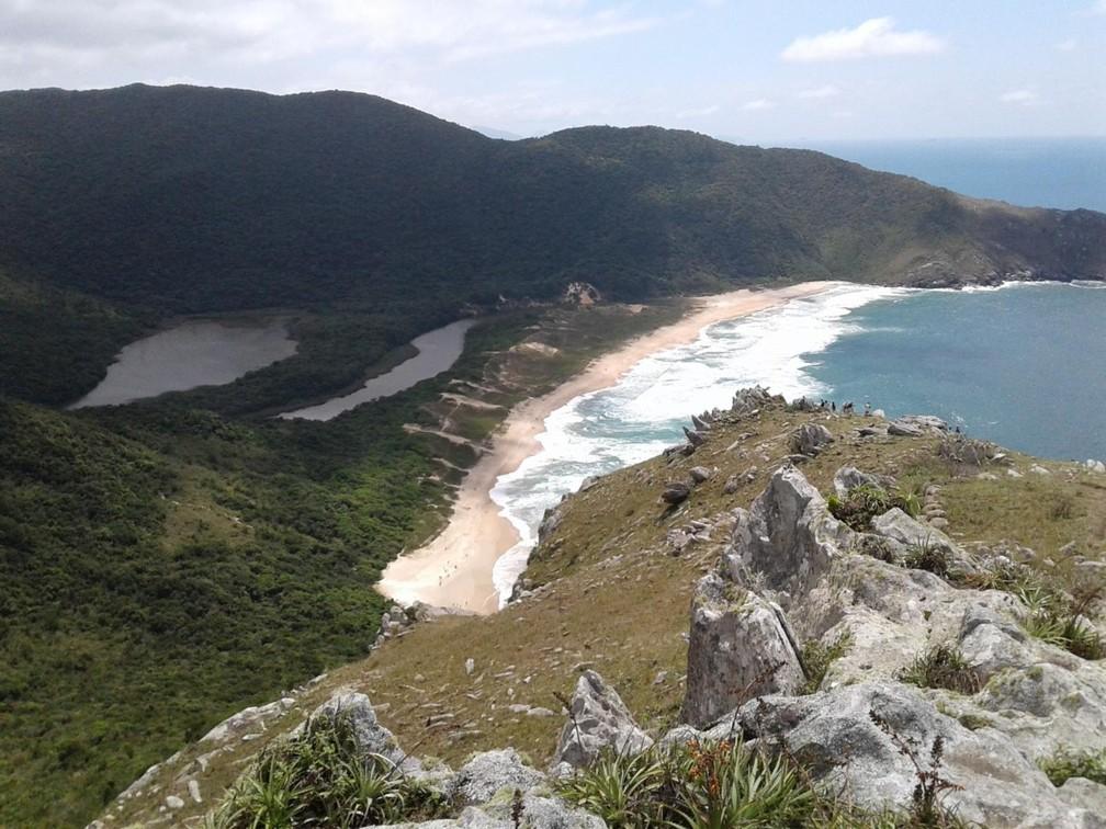 Praia da Lagoinha do Leste em Florianópolis atrai por reunir água doce e do mar no mesmo local, além de aventura e contato com a natureza   — Foto: Júlio Ettore/NSC TV