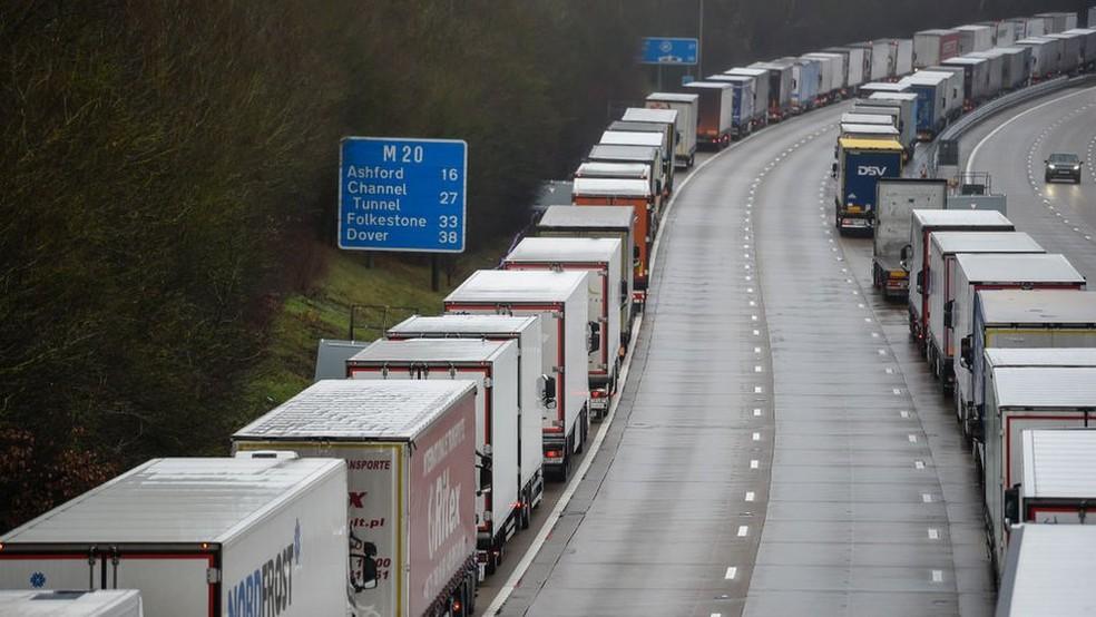 França anunciou fechamento de sua fronteira com Reino Unido por 48 horas, impedindo saída de caminhões do porto de Dover — Foto: Getty Images/via BBC
